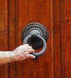 L'homme frappe sur la porte Photo libre de droits