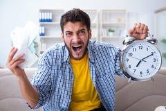 L'homme frustré aux factures qu'il doit payer dans le concept de gestion du temps image libre de droits