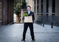 L'homme frustrant d'affaires sur la rue a mis le feu à la boîte en carton de transport photos libres de droits