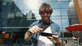 L'homme gagne le jeu clips vidéos