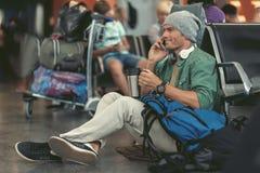 L'homme gai appelle à l'aide du smartphone Photographie stock