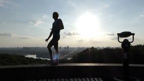 L'homme gai entre d'une manière de danse sur un mur de la rivière de Dnipro dans le ralenti banque de vidéos