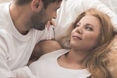 L'homme gai exprime l'amour à la femme en chambre à coucher Photo stock
