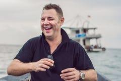 L'homme gai nage dans un bateau au bateau photo libre de droits