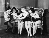 L'homme a habillé le napoléon entouré par des jeunes femmes (toutes les personnes représentées ne sont pas plus long vivantes et  Image stock