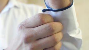 L'homme habille une chemise et un bouton blancs vers le haut d'un bouton banque de vidéos