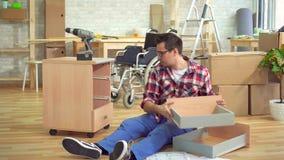 L'homme handicapé est engagé dans la réparation des tables banque de vidéos