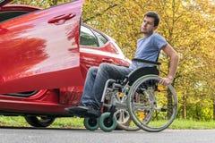 L'homme handicapé ou handicapé essaye à l'obtention à la voiture image libre de droits