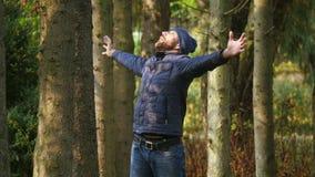 L'homme heureux apprécie avec émotion la nature fort criant soulevant ses mains  clips vidéos