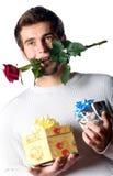 L'homme heureux avec des cadeaux et s'est levé Images stock