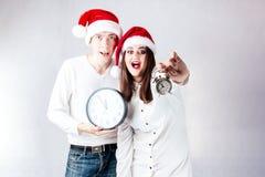 L'homme heureux de couples et la grosse femme célèbrent Noël et la nouvelle année Photos stock