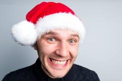 L'homme heureux de nouvelle année de Noël dans le chapeau de Santa Claus dépeint divers Image stock