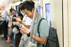 L'homme heureux est voyageur à l'aide du smartphone avec la connexion 5G images libres de droits