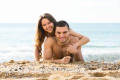 L'homme heureux et son amie sur le sable échouent Photo libre de droits