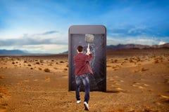L'homme heurte l'écran de smartphone avec un marteau de forgeron Photos libres de droits
