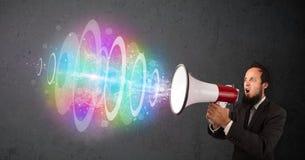 L'homme hurle dans un haut-parleur et le faisceau d'énergie coloré sort illustration de vecteur