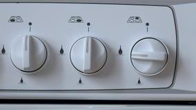L'homme inclut le gaz de cuisini?re ? gaz banque de vidéos