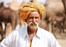 L'homme indien de Rajasthani de portrait assiste à la foire de Pushkar, Inde Images stock