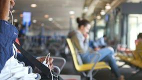 L'homme indien méconnaissable parlent du téléphone dans le salon de attente d'aéroport Type parlant sur le téléphone portable sur clips vidéos