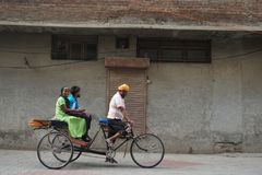L'homme indien monte le tricycle images stock