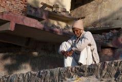 L'homme indien s'assied sur un ghat à la rivière Ganga Photographie stock libre de droits
