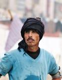 L'homme indien se tient sur le ghat près de la rivière sacrée le Gange à Varanasi Photographie stock