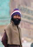L'homme indien se tient sur les étapes du ghat près de la rivière sacrée le Gange à Varanasi Images libres de droits