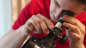L'homme a installé un télescope banque de vidéos