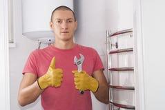L'homme installe le dessiccateur de serviette photo libre de droits
