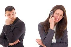 L'homme jaloux suspectant sa femme est infidèle et ayant le secret photos stock