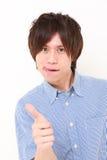 L'homme japonais avec des pouces lèvent le geste Images stock