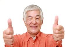 L'homme japonais supérieur avec des pouces lèvent le geste Photo stock