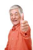 L'homme japonais supérieur avec des pouces lèvent le geste Photo libre de droits