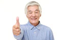 L'homme japonais supérieur avec des pouces lèvent le geste Image stock