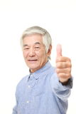L'homme japonais supérieur avec des pouces lèvent le geste Image libre de droits