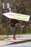 L'homme jette habilement le signe en l'air de favoriser l'événement de vente à la maison d'Atlanta Photographie stock
