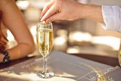 l'homme jette l'anneau de mariage en verre de champagne Images libres de droits