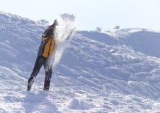L'homme jette la neige pendant l'hiver Images libres de droits