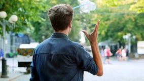 L'homme jette une tasse en plastique à la rue, salissant dans la ville, pollution en plastique banque de vidéos