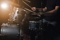 L'homme joue l'ensemble de tambour Photo libre de droits