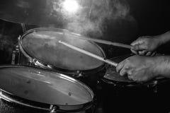 L'homme joue l'ensemble de tambour Images stock