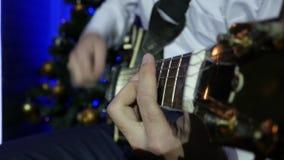 L'homme joue l'électro guitare Plan rapproché clips vidéos
