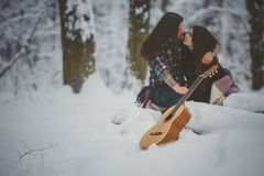 L'homme joue la guitare à son amie Images libres de droits