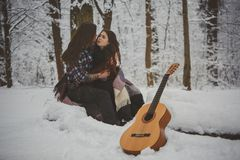 L'homme joue la guitare à son amie Photo stock