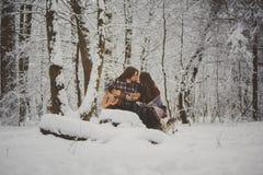 L'homme joue la guitare à son amie extérieure Image libre de droits