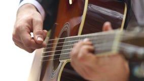 l'homme joue la guitare avec le foyer se déplaçant le long du cou banque de vidéos