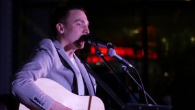 L'homme joue la guitare et chante banque de vidéos