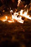 L'homme joue la guitare et la femme au sujet du feu sur le fond du ciel étoilé Photo stock