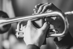 L'homme joue la trompette images stock
