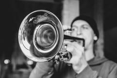L'homme joue la trompette image libre de droits